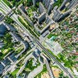 与交叉路的空中城市视图和路、房子、大厦、公园和停车场 晴朗的夏天全景图象 库存图片