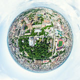 与交叉路的空中城市视图和路、房子、大厦、公园和停车场 晴朗的夏天全景图象 免版税库存图片