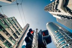与交通动臂信号机的香港未来派都市风景 免版税图库摄影