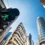 与交通动臂信号机的香港未来派都市风景 免版税库存照片