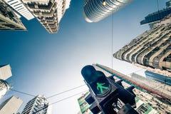 与交通动臂信号机的香港未来派都市风景 免版税库存图片
