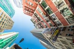 与交通动臂信号机的香港未来派都市风景 库存照片