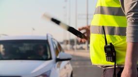 与交通标尺的交通警被隔绝和携带无线电话工作在高速公路 股票视频