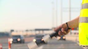 与交通标尺的交通警被隔绝和携带无线电话工作在高速公路 影视素材
