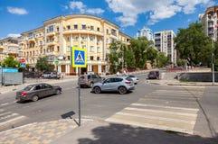 与交通标志和车的行人交叉路在城市 免版税图库摄影
