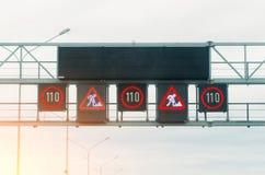 与交通标志的标志的交互式记分牌,限速,路修理 图库摄影
