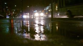 与交通的多雨晚上在都市城市区域-担心样式补白射击 影视素材
