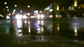 与交通的多雨晚上在都市城市区域-担心样式补白射击 股票视频