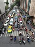 与交通的街道场面在曼谷 库存图片