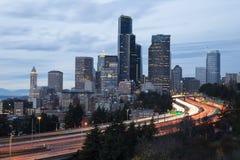 与交通行动迷离的西雅图都市风景在黄昏 库存照片