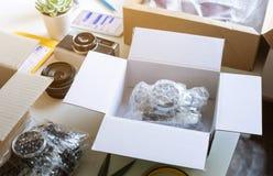 与产品的网络购物概念在书桌桌上的箱子 电子商务,运输的送货服务 库存图片