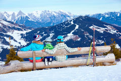 与享受冬天假期的母亲的两个孩子 免版税库存照片