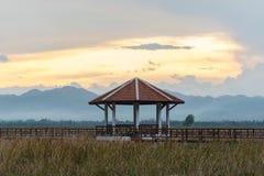 与亭子的美好的日落在山姆Roi Yot国家公园, Pra 免版税库存照片