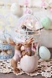 与亲吻的兔子小雕象的复活节装饰 免版税库存图片
