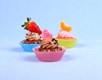 与亲吻心脏,蜜桔,草莓的开胃杯形蛋糕 免版税库存图片