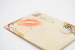 与亲吻的信封从从被迷恋的女孩的嘴唇消息 库存照片