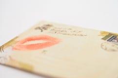与亲吻的信封从从被迷恋的女孩的嘴唇消息 免版税库存图片