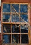 与人为蜘蛛网的老残破的窗口 库存图片