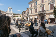 与人会集的小意大利村庄正方形 免版税图库摄影