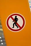 与人剪影的没有入口红色符号, 免版税库存图片