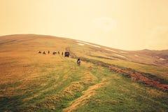 与人和马的山风景 库存图片