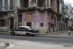 与人和经典汽车的古巴街道场面 库存图片