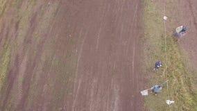 与人挥动的旗子的终点线 夹子 SUV跨过了终点线首先在泥种族 股票录像