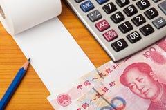 与人民币和计算器的空白的名单 免版税库存图片