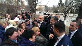 与人民的乌克兰总统波罗申科在街道上 免版税库存照片