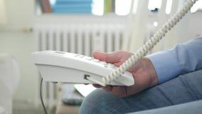 与人的图象坐椅子在办公室屋子里使用电话输送路线连接 股票录像