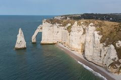 与人的大象峭壁在Etretat附近在Normandie,法国 库存照片