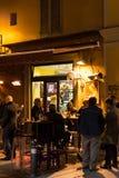 与人的小酒吧在晚上在波隆纳,意大利 免版税库存照片