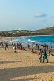 与人的海景视图,朋友,马骑术,山背景 Rishikonda海滩,维沙卡帕特南, AP,印度, 2017年3月05日 免版税库存图片