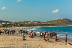 与人的海景,朋友,马骑术,山背景 Rishikonda海滩,维沙卡帕特南, AP,印度, 2017年3月05日 免版税库存照片