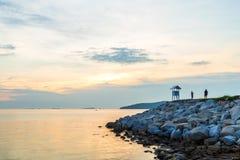 与人的白色木pavillion与海和colo的海角的 免版税图库摄影