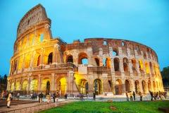 与人的罗马斗兽场在晚上 免版税库存图片