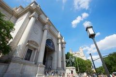 与人的美国自然历史博物馆大厦在纽约 图库摄影