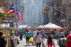 与人的联合广场市场在一个晴天在纽约 免版税库存图片