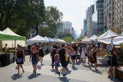 与人的联合广场greenmarket在一个晴天在纽约 图库摄影