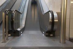 与人的移动的自动扶梯 免版税库存图片