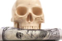 与人的头骨的一百元钞票 库存图片