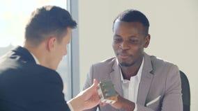 与人签署的合同的不动产的黑代理在白色办公室 股票视频