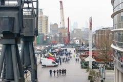 与人群的室外食物市场在北部船坞在金丝雀码头 免版税库存图片