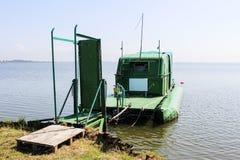 与人行桥的筏和露营车hybride 库存照片