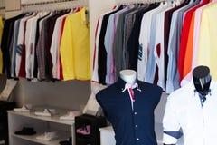 与人衬衣的服装店 免版税库存照片
