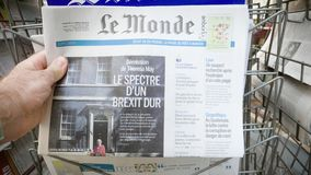 与人购买世界报Brexit新闻的邮政报刊亭立场 影视素材