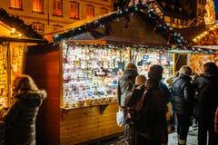 与人赞赏的礼物的圣诞节市场在报亭 库存图片