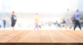 与人迷离的木台式走道的 免版税库存图片