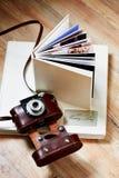 与人造皮和老照相机盖子的Photobook  库存图片