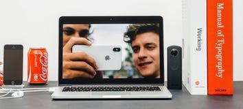 与介绍iPhone x 10后方照相机的苹果计算机基调 免版税库存图片